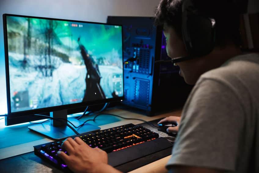 gamer jongen op zijn computer