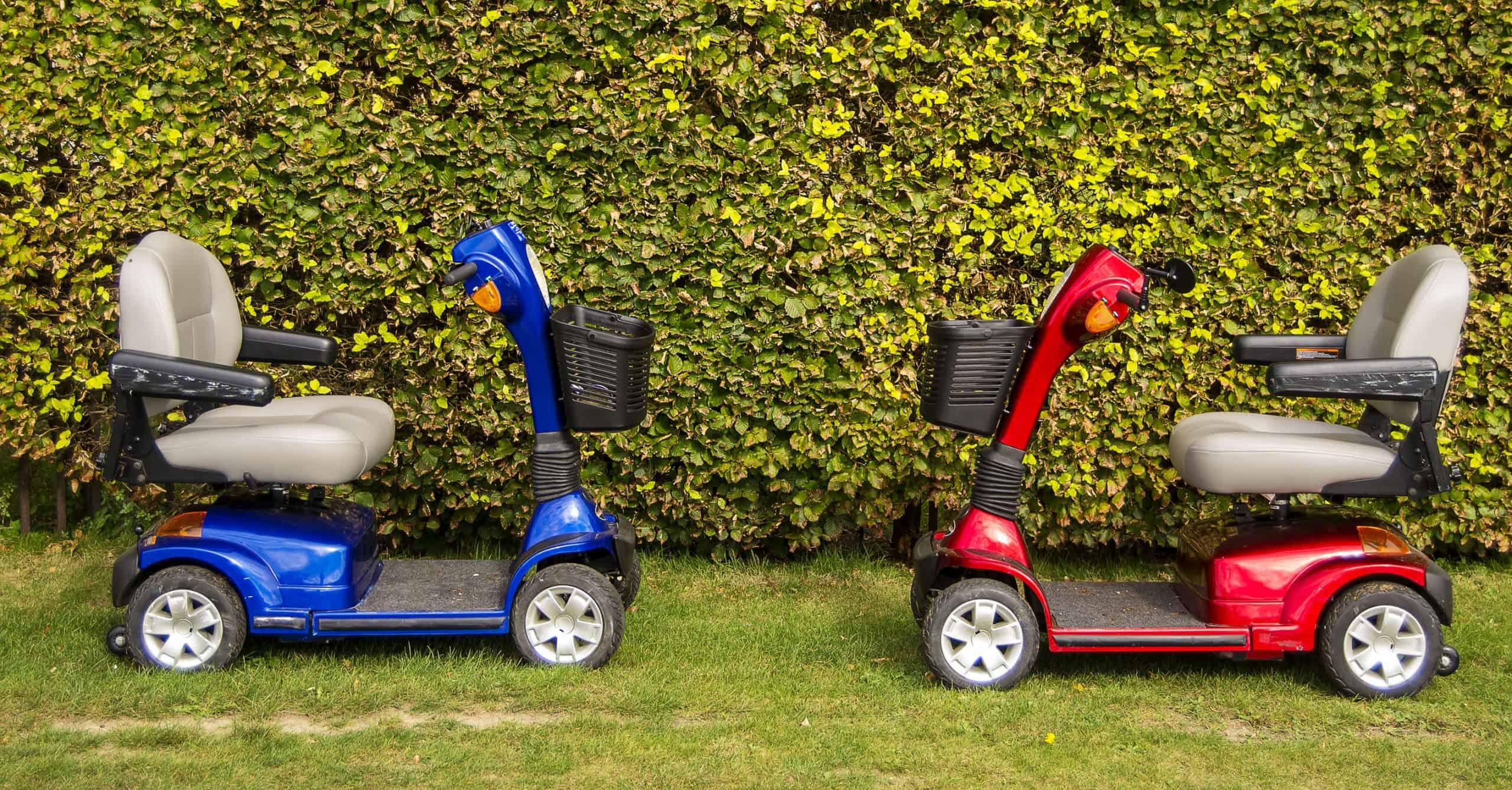 twee elektrische stoelen in park