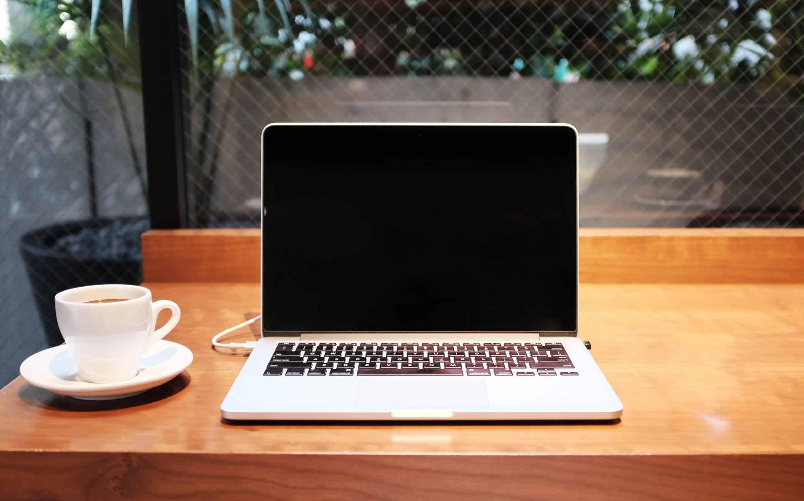 met behulp van laptop in café-bar