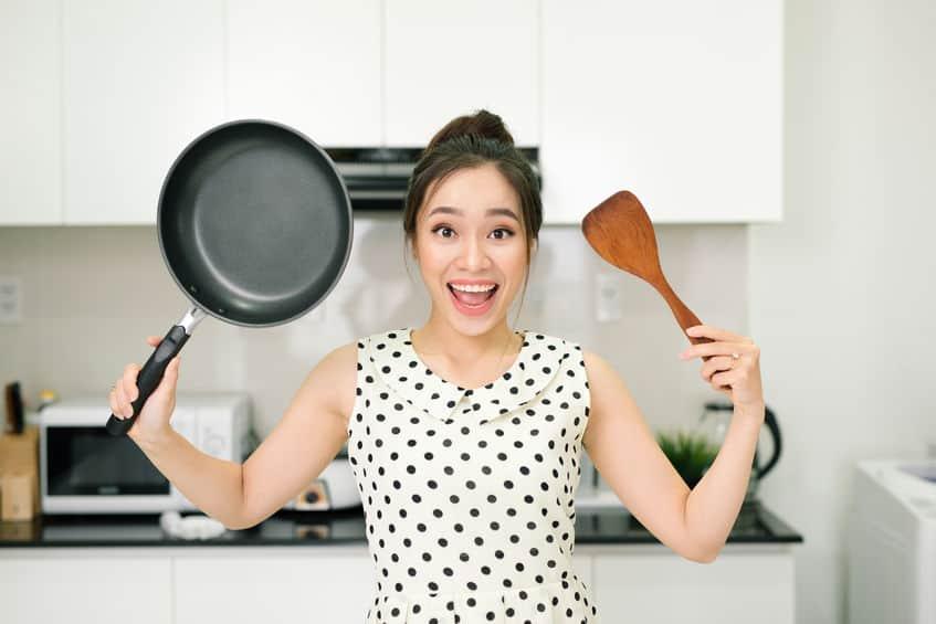 gelukkig meisje in de keuken
