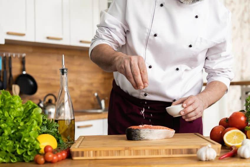 chef-kok die vis voorbereidt