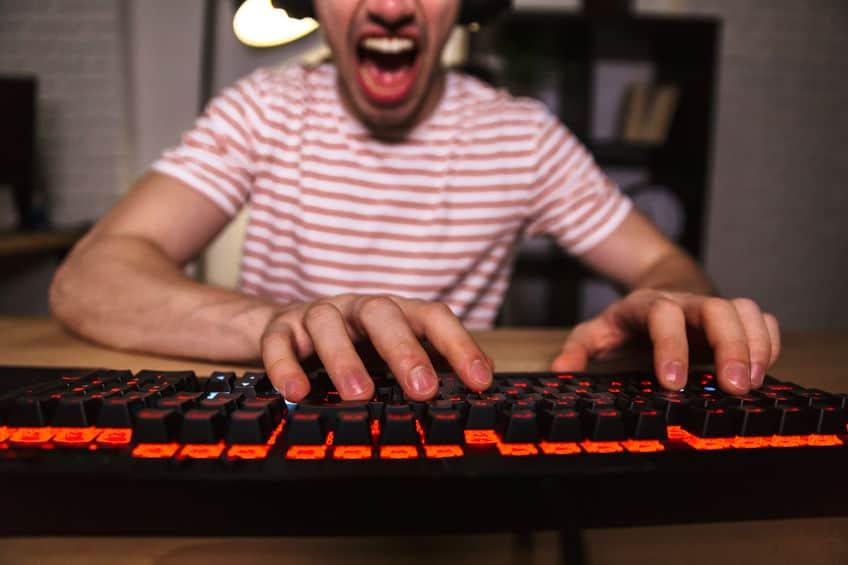 boze jongen die online speelt