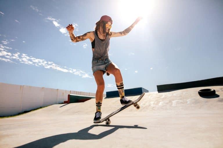 meisje dat wat skateboarden beoefent