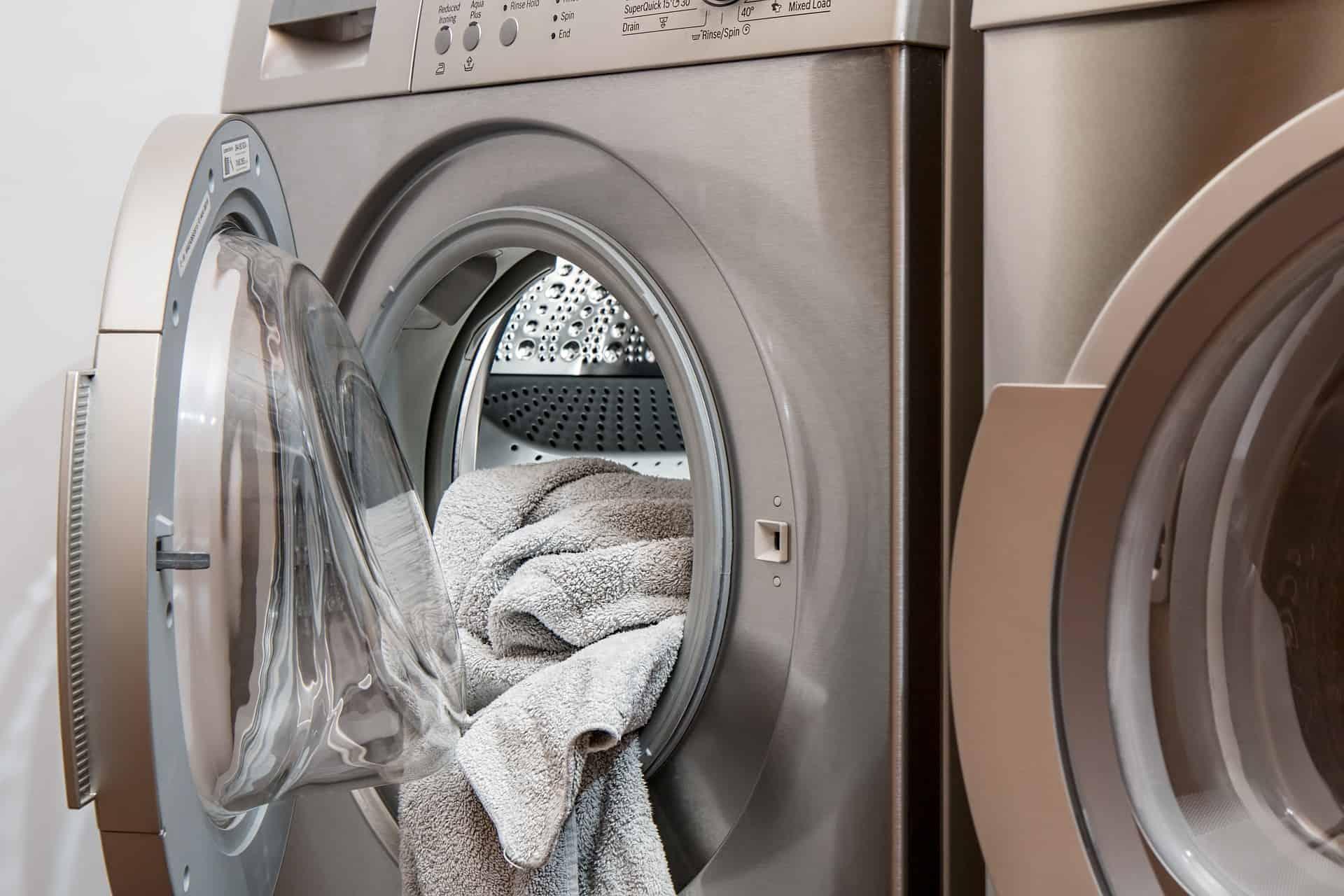 wasruimte met droger en wasmachine