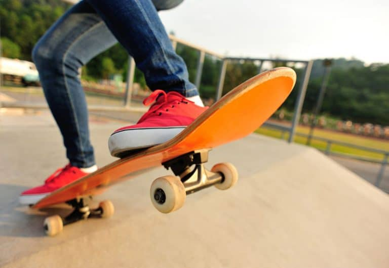 met behulp van skateboard