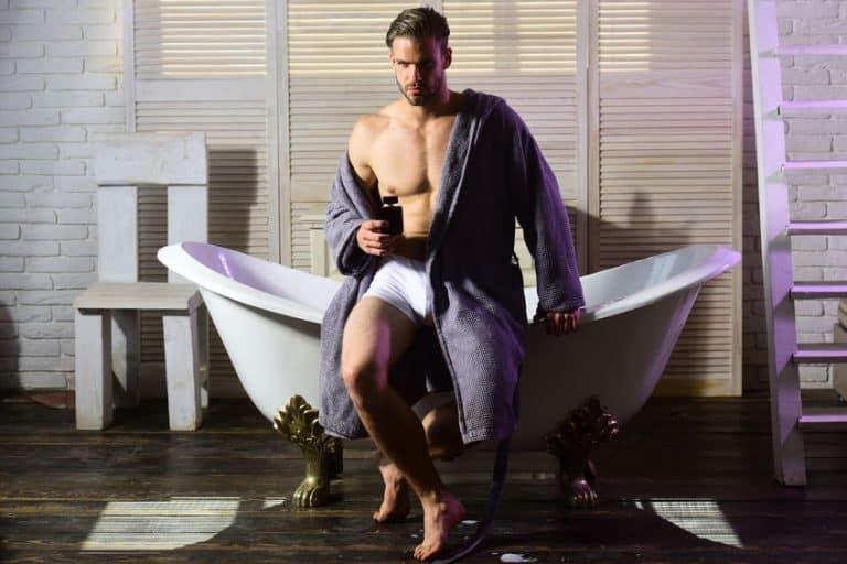 man die uit het bad komt