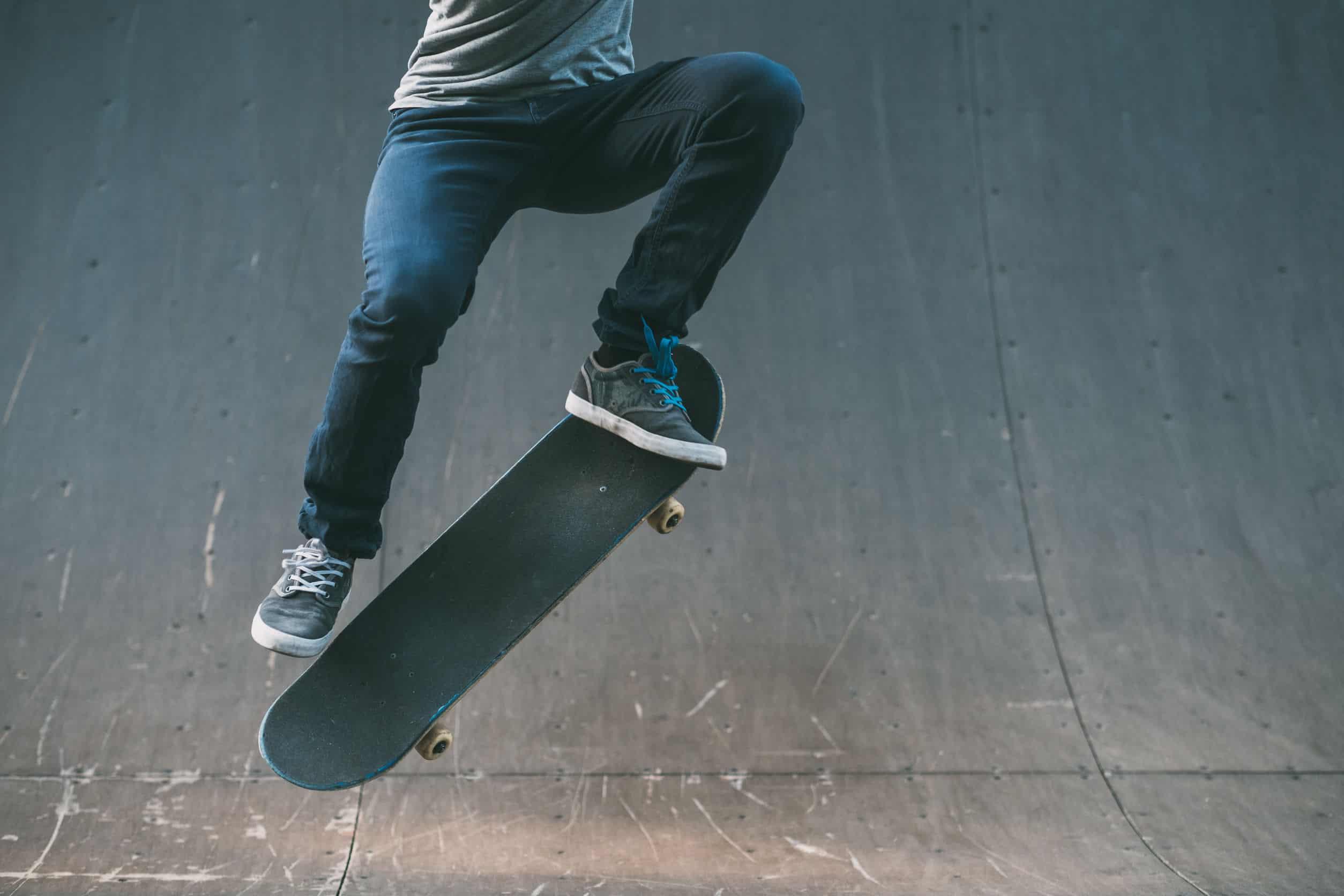 jongen die skateboard beoefent