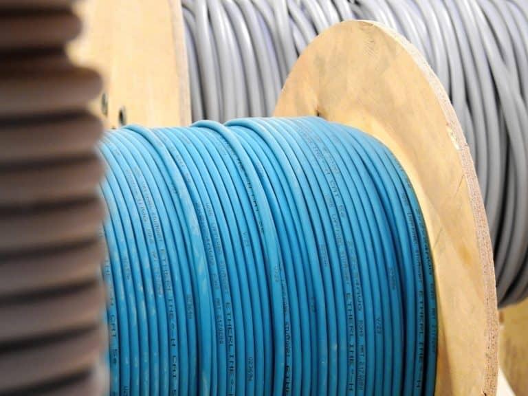 Kabeltrommel mit blauem Kabel