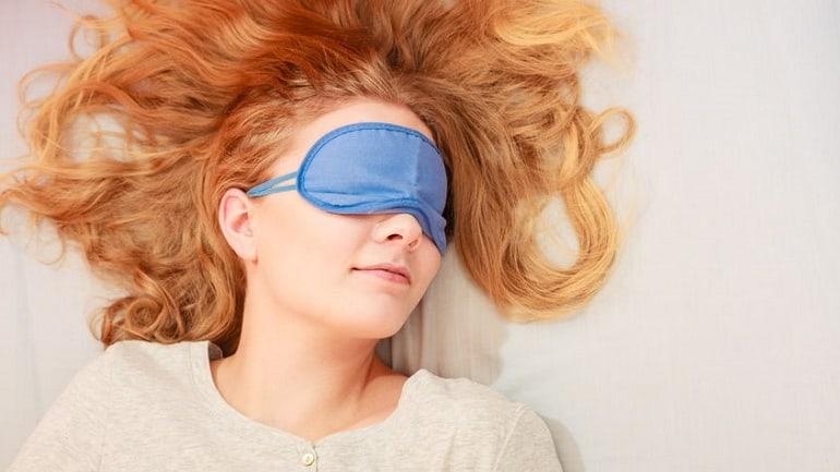 Rothaariges Mädchen mit Schlafmaske