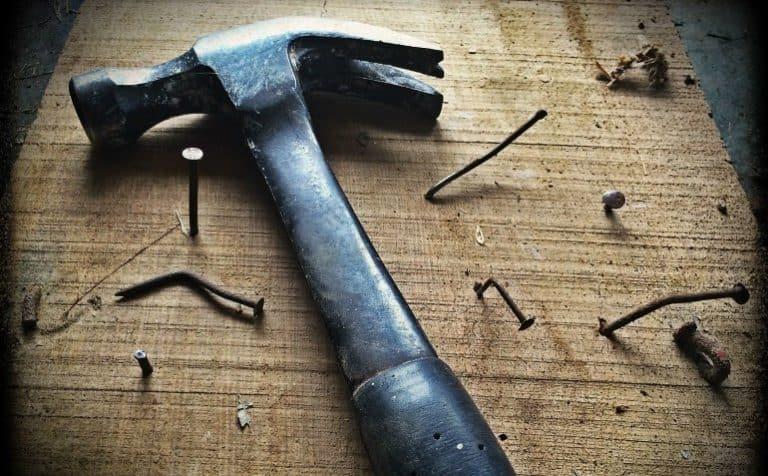 Hammer trifft den Nagel auf den Kopf