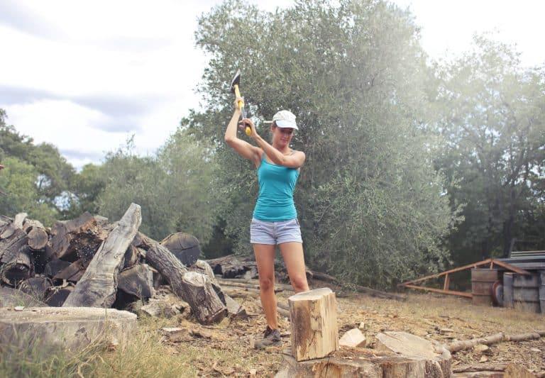 Frau schneidet Holz mit Axt