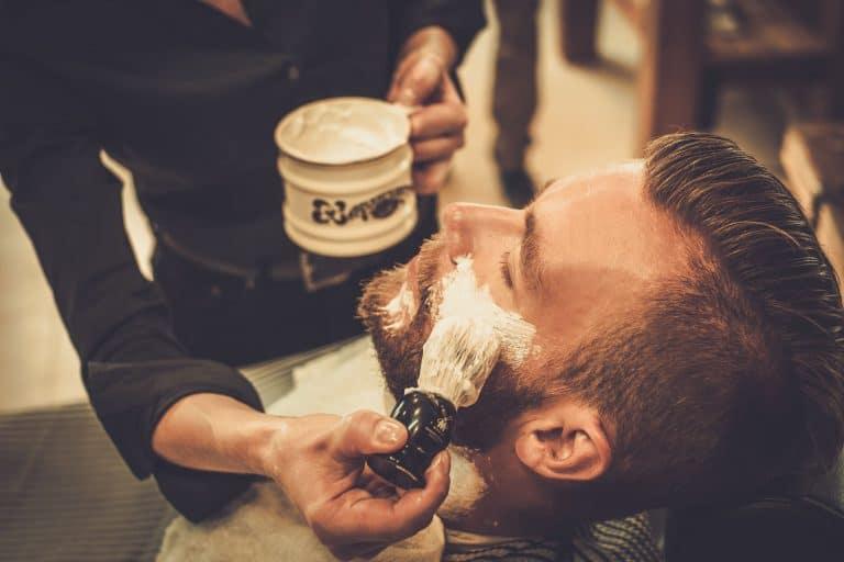 Mann beim Auftragen mit Rasierpinsel