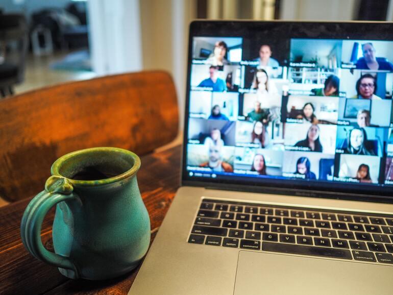 Hier sehen Sie ein Laptop mit vielen digitalen Bildern von mehreren Personen.