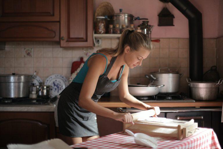 Imagem de uma mulher preparando uma receita.