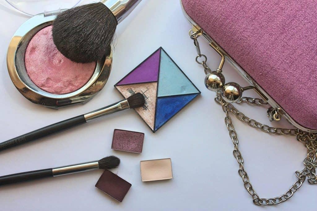 Imagem de maquiagens sobre mesa.