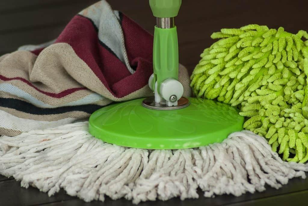 Zoom em vassoura mop com um pano.