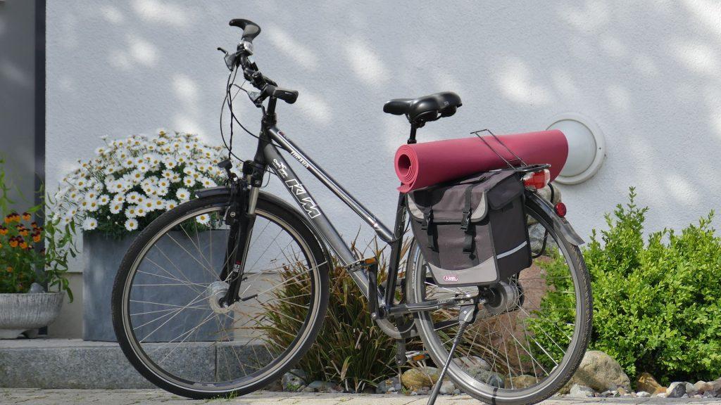Bicicleta com bolsa de garupa