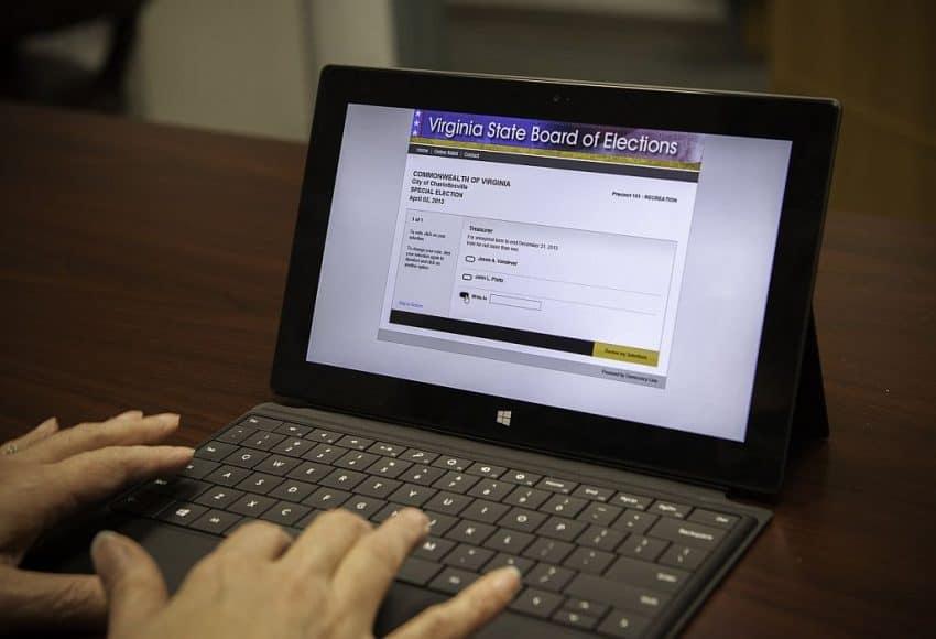 Imagem mostra as mãos de uma pessoa digitando em um tablet com teclado.