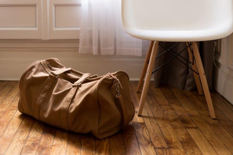 Reisetasche neben Sessel