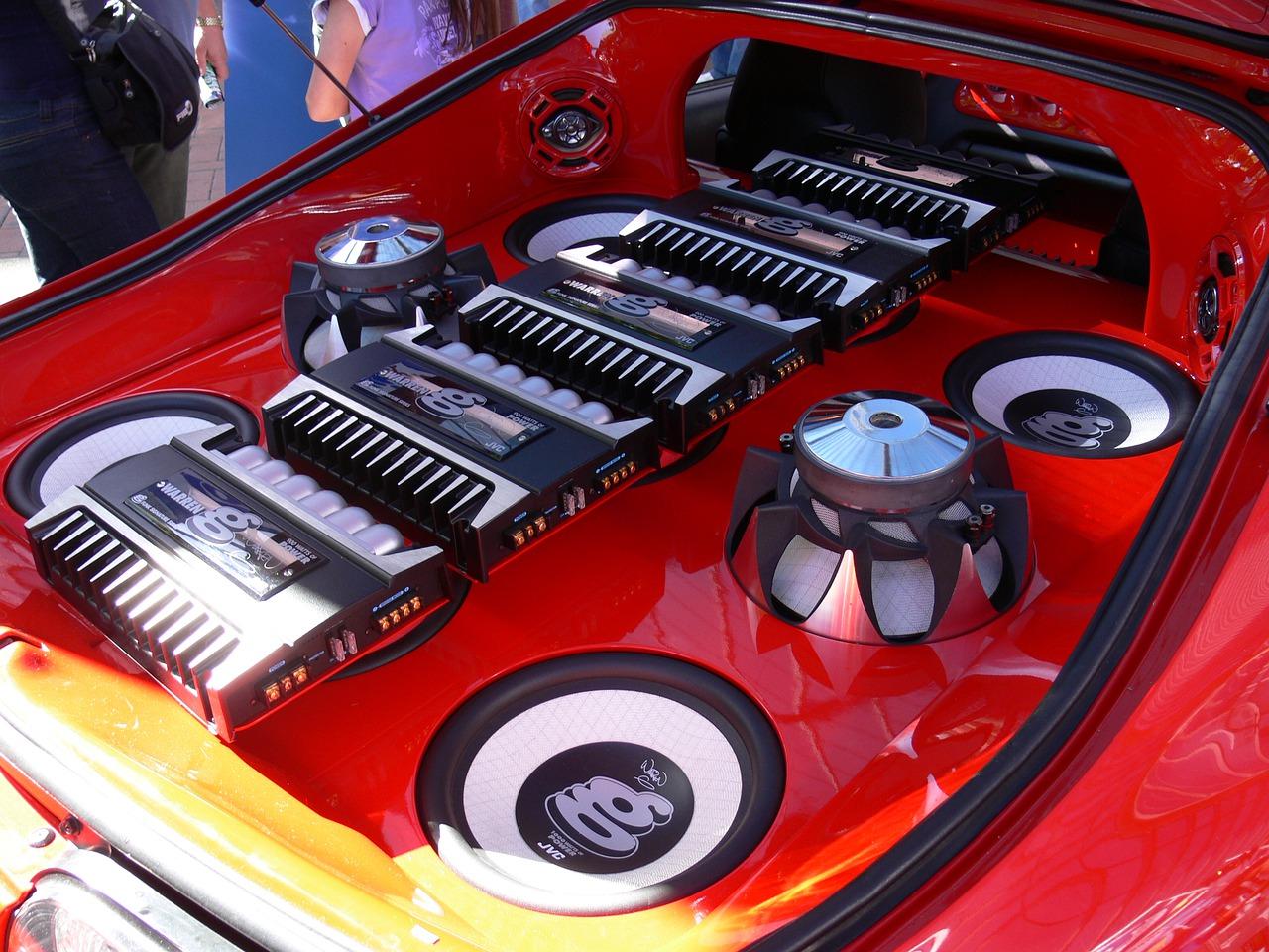 Imagem mostra um carro com um sistema de som completo.