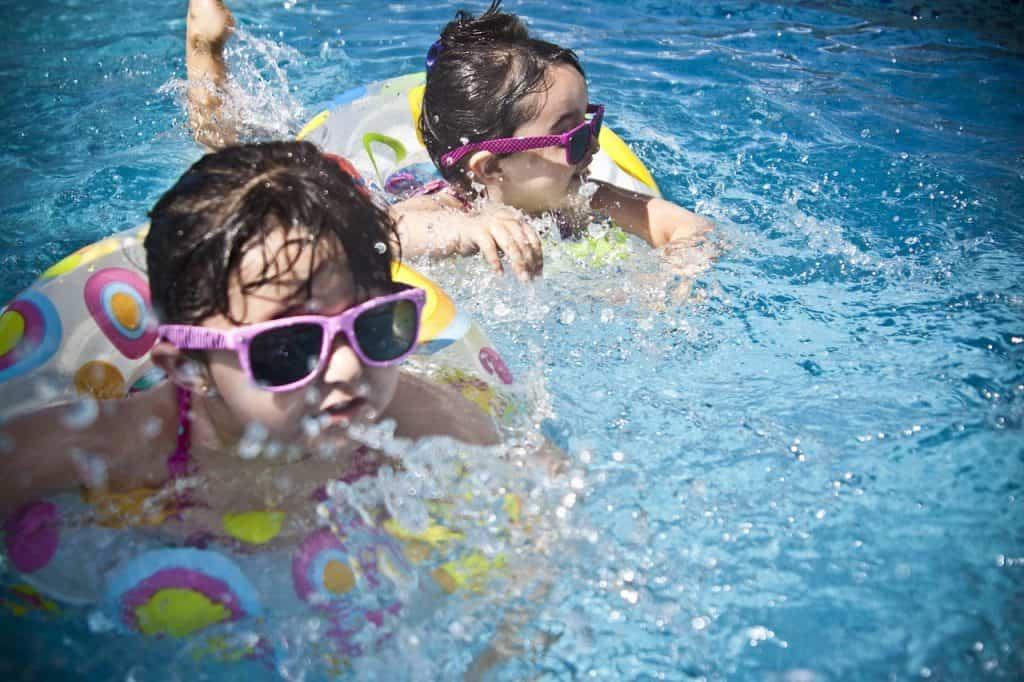 duas crianças na piscina
