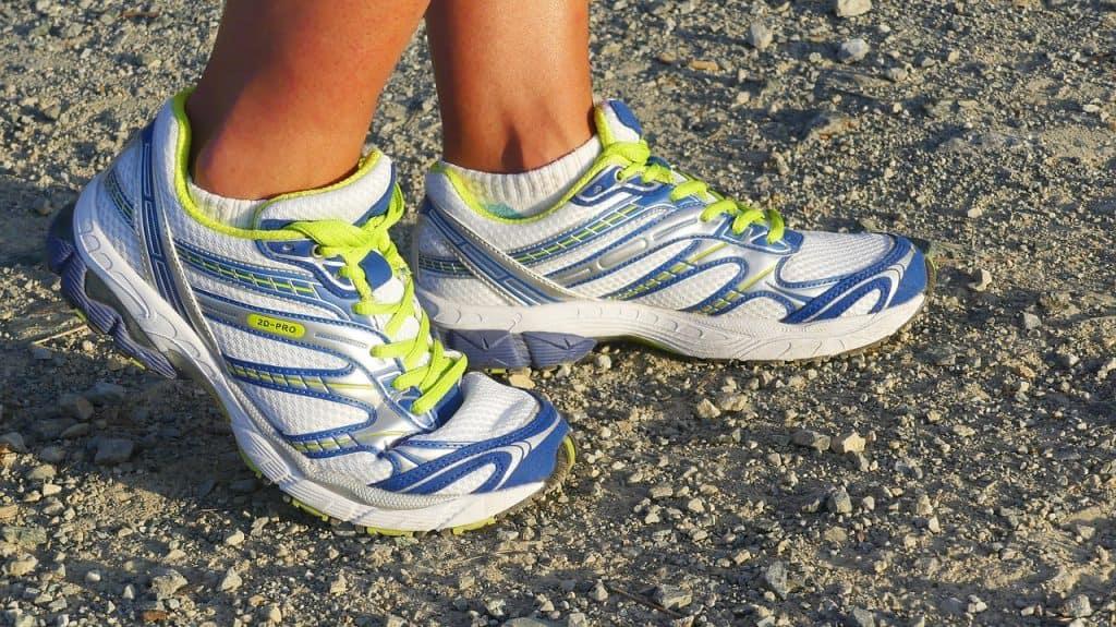 Imagem de uma mulher usando um par de tênis para corrida