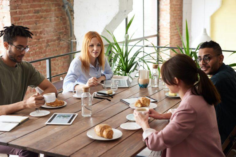 Imagem de um grupo de pessoas tomando café da manhã.