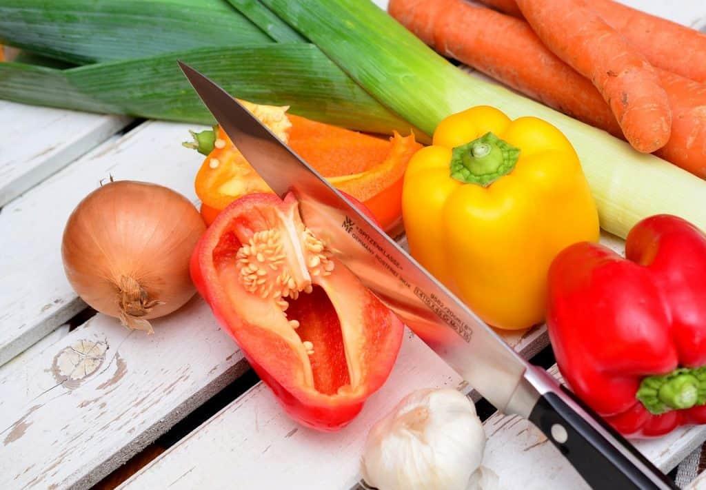 Uma faca afiada cortando um tomate.