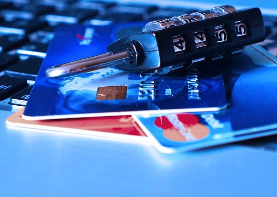 Um cadeado em cima de dois cartões de crédito.