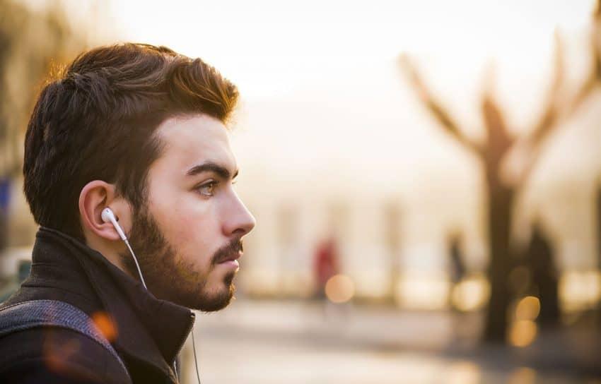 Homem com fone de ouvido pequeno.