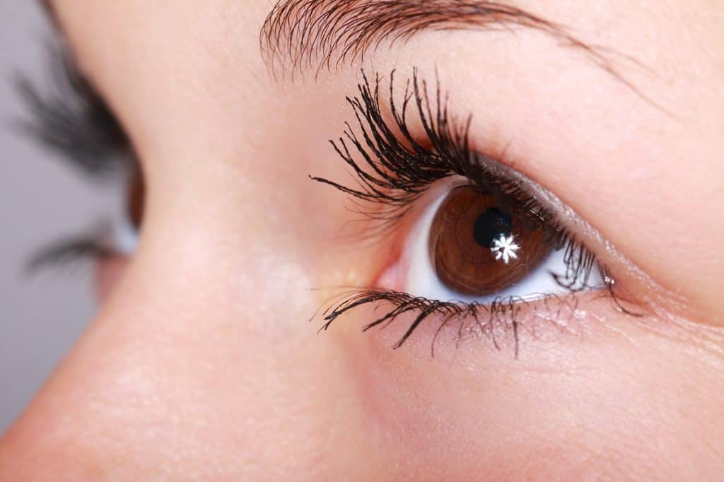 Na foto um close dos olhos de uma mulher.